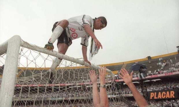 24th - CORINTHIANS (1998) - Marcelinho Carioca celebrates the title of Timon.  Photo: Luiz Carlos Santos/O Globo Agency