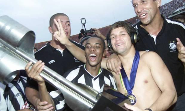 12th - SANTOS (2002) - The boys from Vila, Robinho and Diego, with the champion cup.  Photo: Ricardo Bakker/Diary