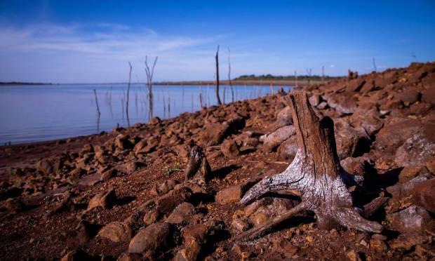 Área inundada por barragem volta a ficar exposta devido à seca histórica Foto: Ferdinando Ramos / Agência O Globo