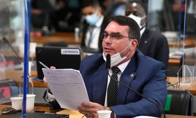 O filho do presidente e senador Flavio Bolsonaro (Patriota-RJ) tumultuou novamente a CPI da qual não é integrante, em defesa do governo do pai Foto: Jefferson Rudy / Agência Senado