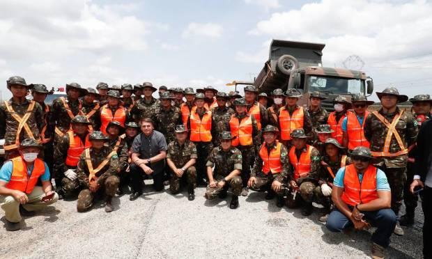 Bolsonaro with employees of the restoration works on the BR-135 highway, in São Luís, Maranhão Photo: Alan Santos/PR / Alan Santos / PR - 10/29/2020