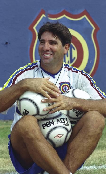 Renato Gaúcho poses with ball before Madureira's training Photo: Hipólito Pereira / Agência O Globo - 01/26/2001