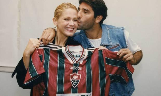 Renato Gaúcho delivers Fluminense shirt to presenter Xuxa Photo: Arquivo O Globo / Agência O Globo - 23/09/1996