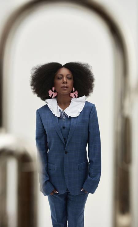 Negra Li wears Ricardo Almeida suit, C&A shirt, Paula Rondon earrings Photo: Gabriel Marques