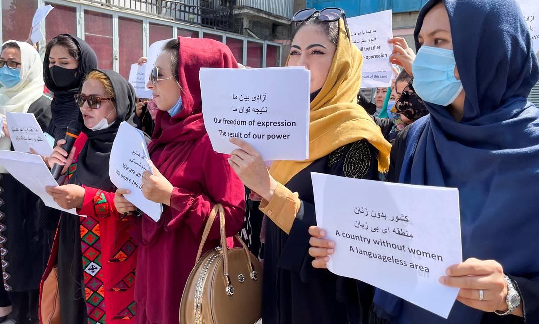 Cerca de 12 manifestantes puseram uma coroa de flores em frente ao Ministério da Defesa para homenagear os soldados afegãos que morreram lutando contra o grupo fundamentalista, antes de marcharem em direção ao palácio presidencial Foto: STRINGER / REUTERS