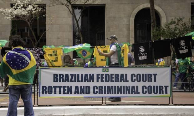 Poster written in English attacks the Supreme: 'rotten and criminal'  Photo: Bruno Rocha / Agência O Globo
