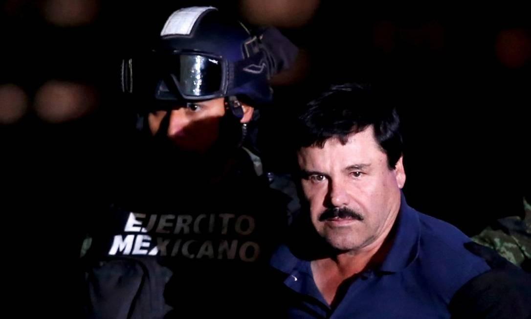 Joaquín 'El Chapo' Guzmán é escorado por soldados na Cidade do México no dia 8 de janeiro de 2016 Foto: EDGARD GARRIDO / REUTERS