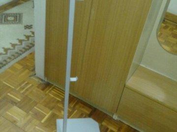 Metalni stalak sa 4 vješalice (za butike i prodavnice)