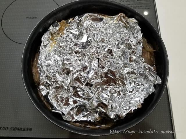 アク取りの為に、煮物にアルミホイルを乗せる