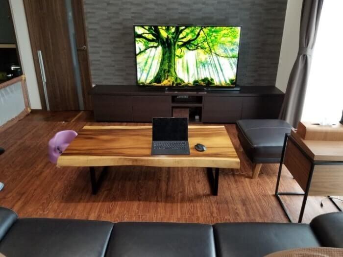 リビングルームに設置されたテレビ