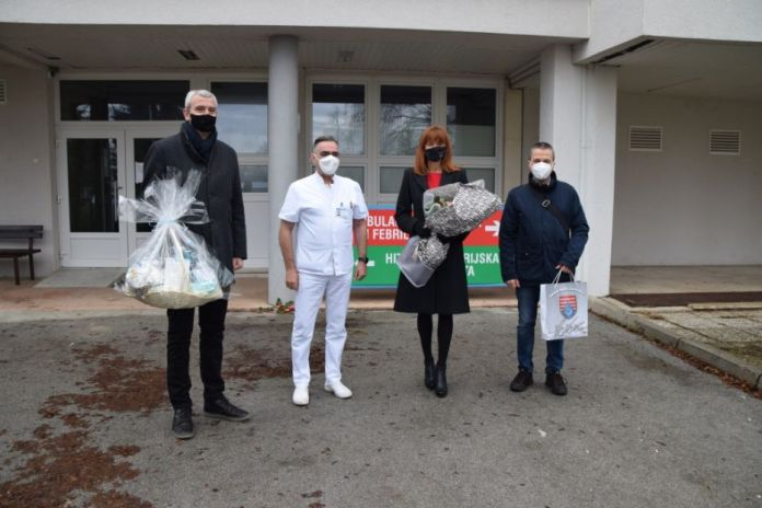 Ogulin.eu Županica darivala majku i prvorođenu bebu u 2021. godini u Općoj bolnici Karlovac