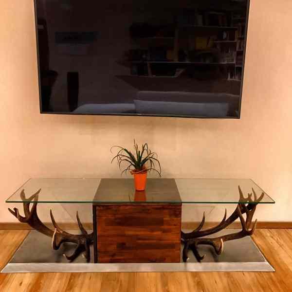 Geweihmöbel, hirschgeweih wohnzimmer, wohnzimmerwand edelstahl, johannes forkl, oh my deer, geweih möbel, hirschgeweih lowboard