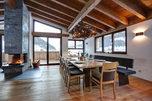 Geweihlampe in einem Chalet am Arlberg