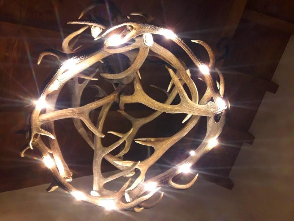 Geweihluster, antler lamp, chalet lampe, chalet stehlampe, moderne stehlampe, Geweihluster Österreich, Geweihlampe, Geweih Kronleuchter, Kronleuchter Geweih, Geweih Kronleuchter, Hirschgeweih Luster, antler chandelier, antler lamp, chalet architektur, chalet einrichtung, chalet lampe, landhaus lampe, landhaus stil, landhaus moder, chalet modern, geweihlampe modern, geweihluster modern, moderne chalet einrichtung, geweih, lampe landhaus, oh my deer, forkl, johannes forkl, omd, geweih Deko, geweih manufaktur, geweih stehlampe