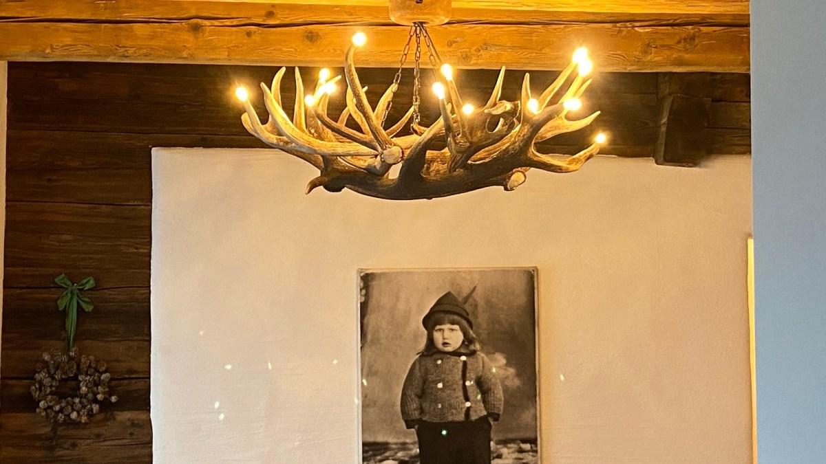 Geweihluster, antler lamp, chalet lampe, chalet stehlampe, moderne stehlampe, Geweihluster Österreich, Geweihlampe, Geweih Kronleuchter, Kronleuchter Geweih, Geweih Kronleuchter, Hirschgeweih Luster, antler chandelier, antler lamp, chalet architektur, chalet einrichtung, chalet lampe, landhaus lampe, landhaus stil, landhaus moder, chalet modern, geweihlampe modern, geweihluster modern, moderne chalet einrichtung, geweih, lampe landhaus, oh my deer, forkl, johannes forkl, omd, geweih Deko, geweih manufaktur, geweih stehlampe, ogiplan, käserstatt,, forkl, oh my deer, geweihmanufaktur
