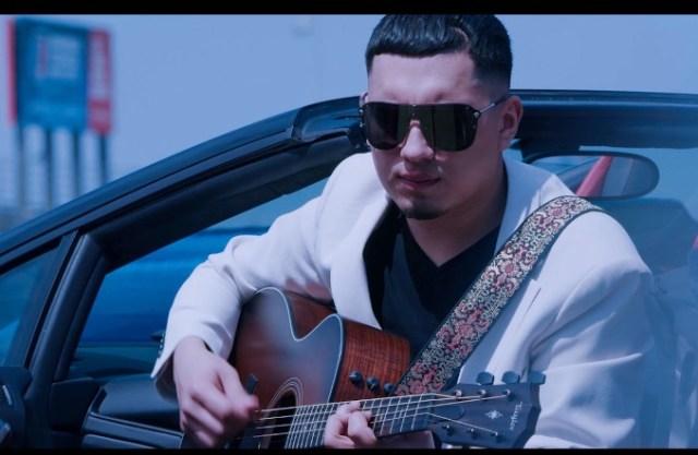 Esteban Gabriel toca su guitarra