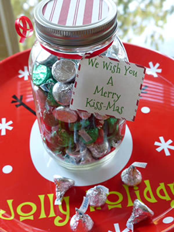 Christmas Jars With Chocolate Candy - 15 DIY Christmas gifts in a jar for everyone on your list. Mason Jar Christmas Gifts for Coworkers, friends, teachers, and family. These gift ideas are super easy and cheap to make. Homemade recipes for edible gifts. Most of these recipes come with printable labels which makes it super quick to do! Have a stress free Christmas on a budget by making DIY Christmas gifts in 2018!