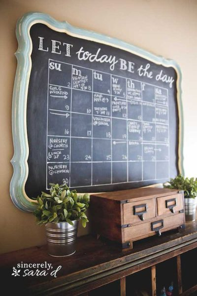 DIY Chalkboard Calendar - DIY Rustic Farmhouse Decor Projects for Your Country Chic Cottage. Joanna Gaines would even be amazed at how easy these DIY farmhouse decor ideas are! Click to find out more today!