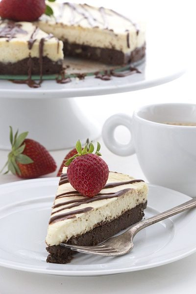 Low Carb Brownie Cheesecake - Easy Keto Cheesecake recipes that taste like real cheesecake! These no-bake keto cheesecakes are absolutely DELICIOUS! Click to find your new favorite quick keto dessert! #ketorecipes #ketodiet #ketocheesecake #ketodessert