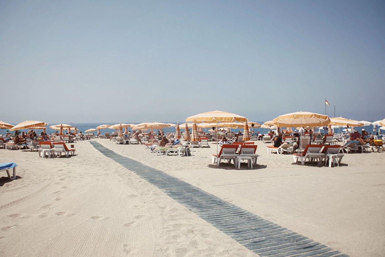 En dag på stranden i ett charterparadis i Turkiet