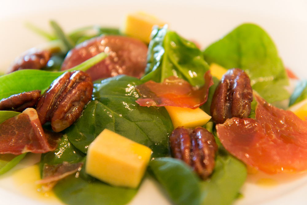 Salad with prosciutto, mango and pecans