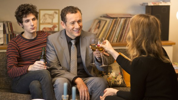 Lolo_scene on the couch_Dany Boon_Vincent Lacoste_Julie Delpy