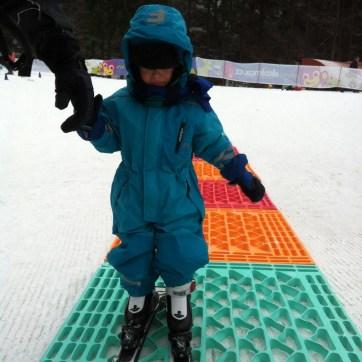 Junior poprvé na lyžích