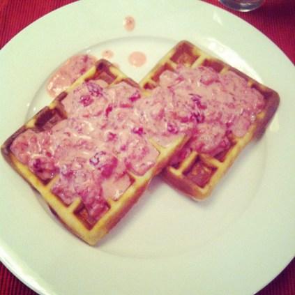 Vafle s jahodami, nejoblíbenější snídaně od doby, co máme vaflovač :-)