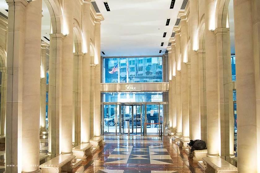 Entrada da 56th Street do hotel Parker New York.