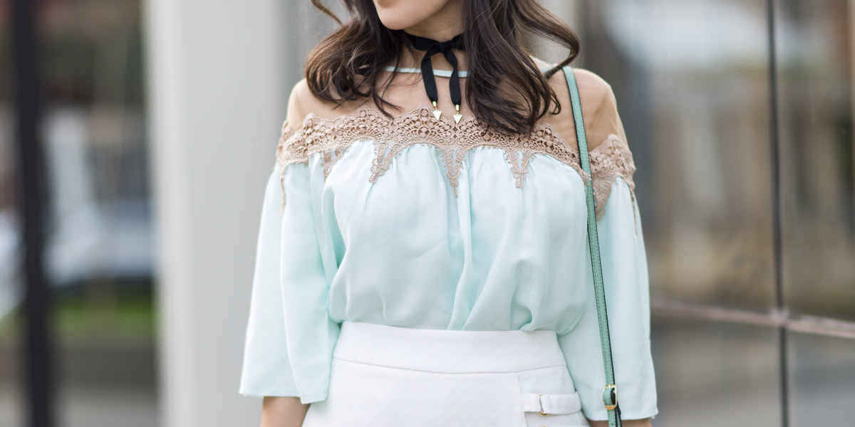 look S Trend Mônica Araújo blusa tule e aplicação de renda com saia branca. Veja no Oh My Closet!