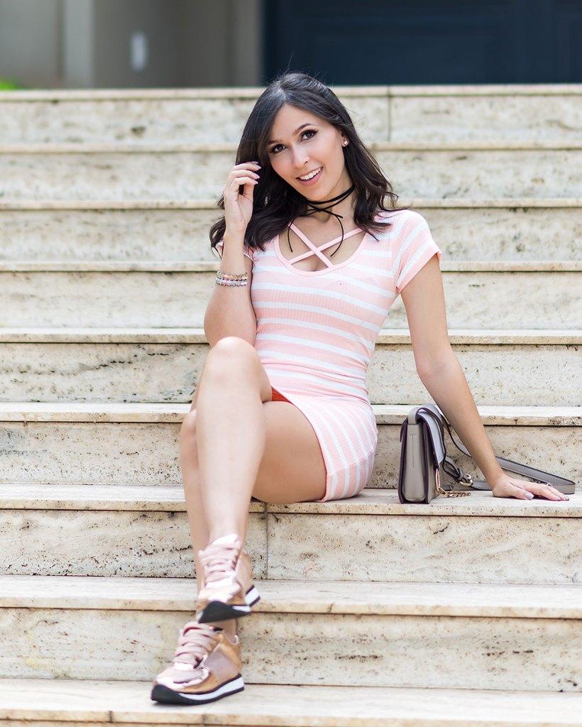 Look vestido ribana e choker com tênis Vizzano no look da influencer Mônica Araújo para Ypslon Atacado.