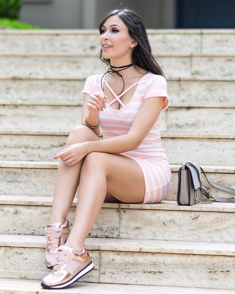 Tênis metalizado Vizzano Rose Gold no look do dia da Mônica Araújo. Veja mais do vestido de ribana no Oh My Closet!