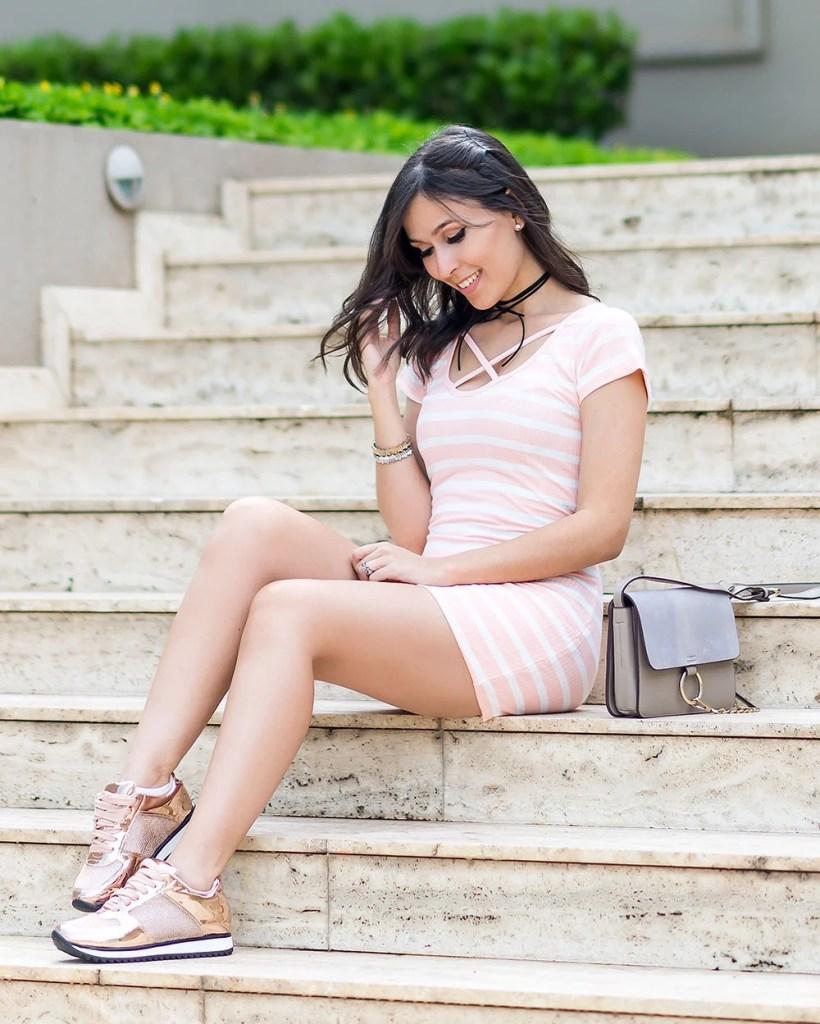 tenis-vizzano-rose-metalizado-look-influencer-monica-araujo-vestido-ribana-oh-my-closet