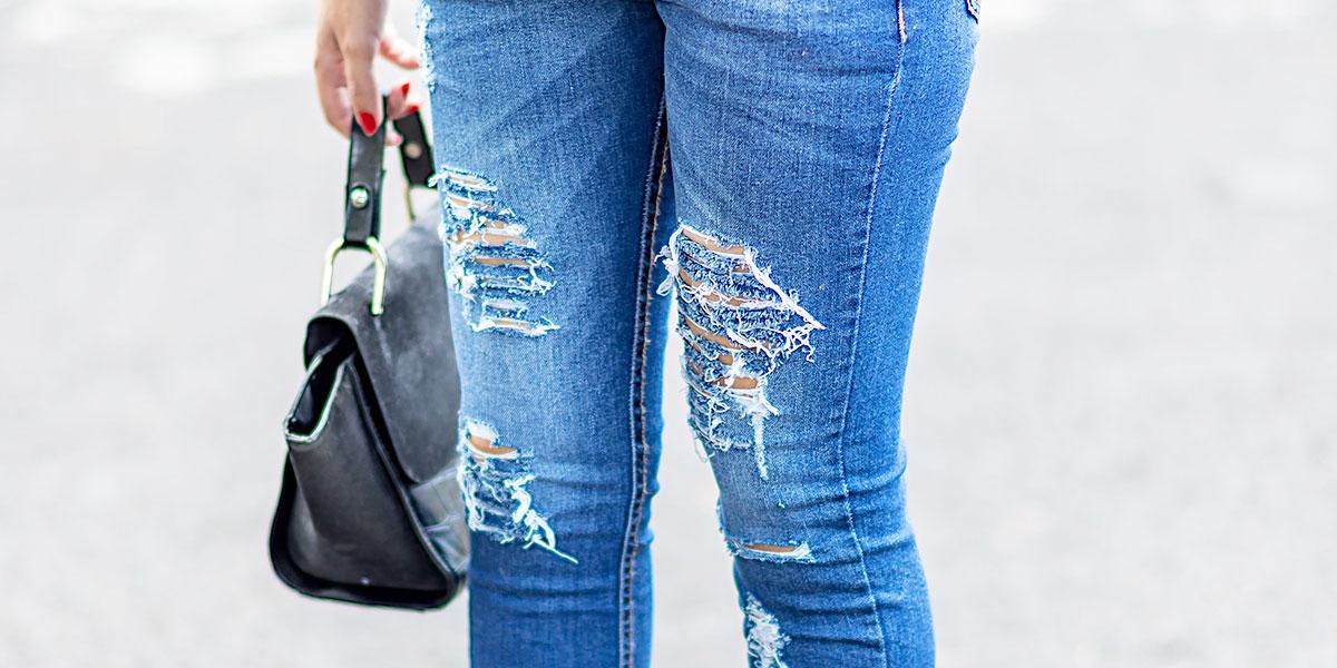 Como usar jeans rasgado no trabalho. Veja no look da Mônica Araújo para a Hipsters Denim atacado.