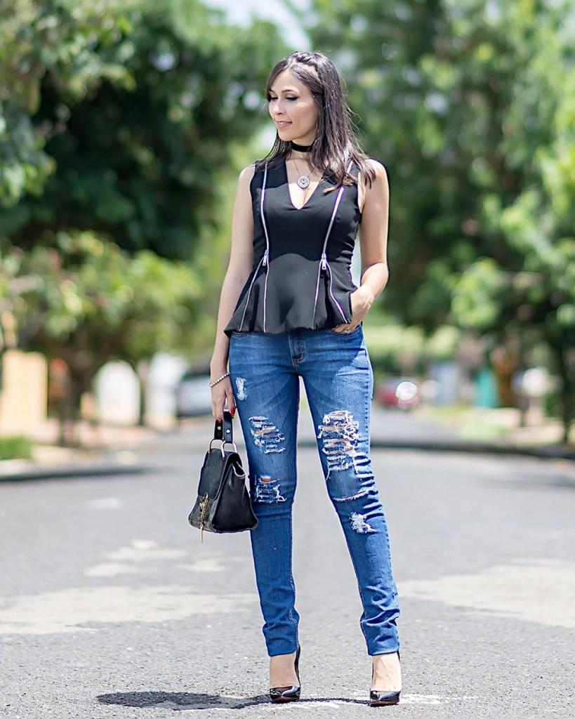 Como usar jeans rasgado no trabalho look do dia influencer Mônica Araújo.