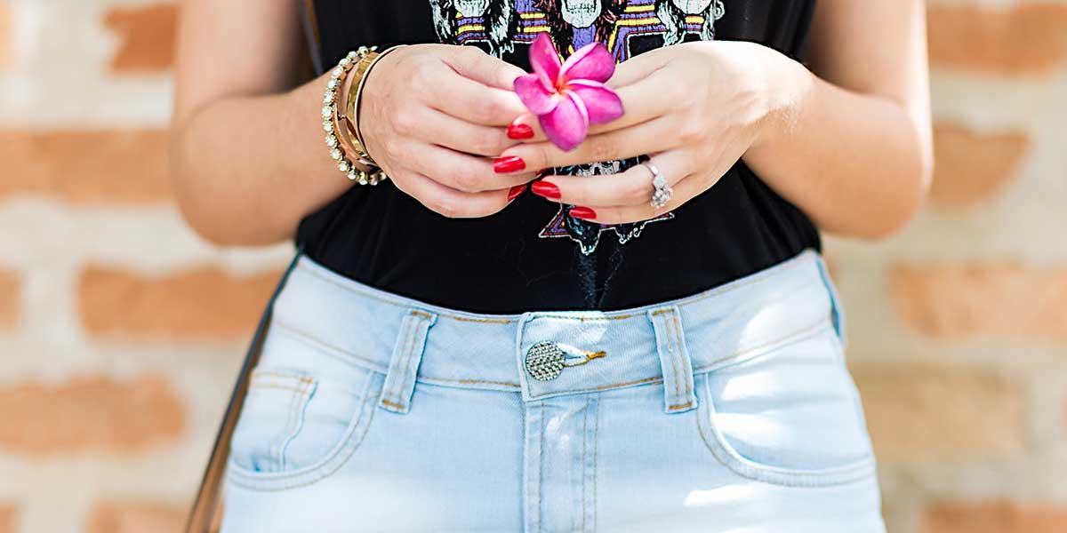 Look com jeans e camiseta para o final de semana. Veja mais detalhes no Oh My Closet com a blogger Mônica Araújo.