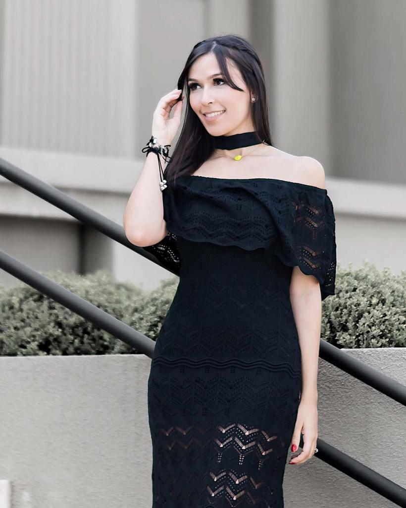Look influencer Mônica Araújo com vestido longo ombro a ombro da promoção da Amaro. Veja como comprar barato!
