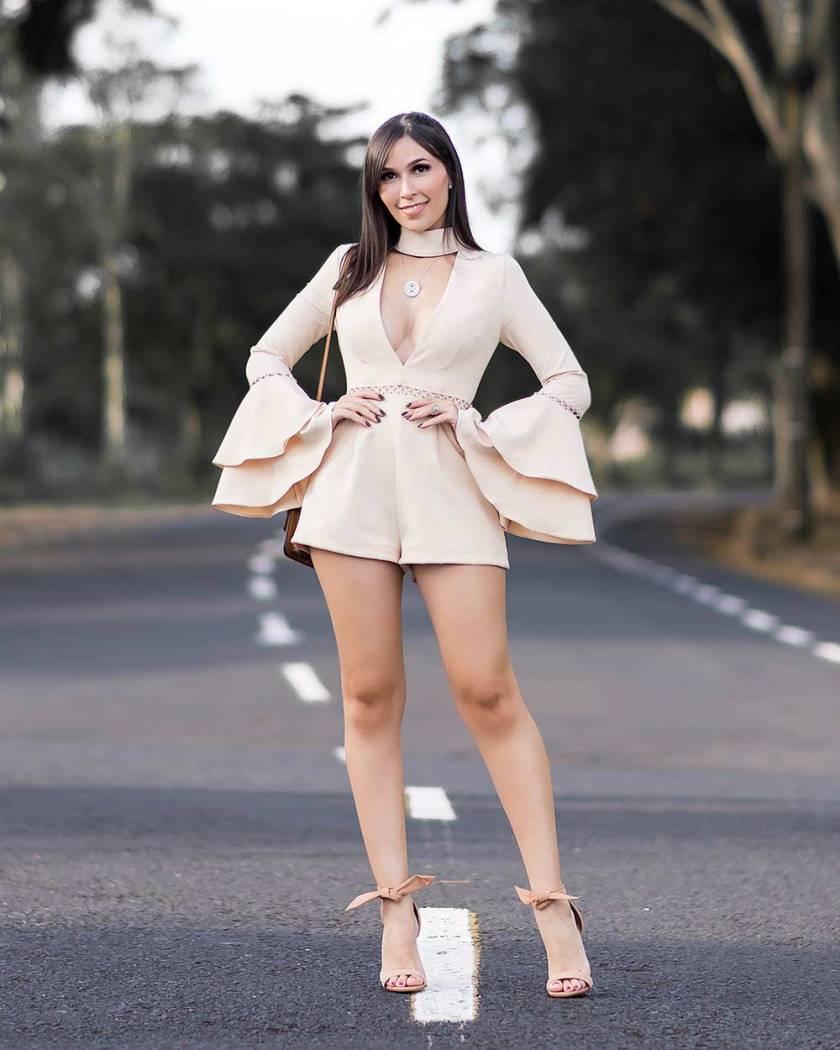 Look blogger com macaquinho nude MissGuided manga sino e sandália nude Arezzo.