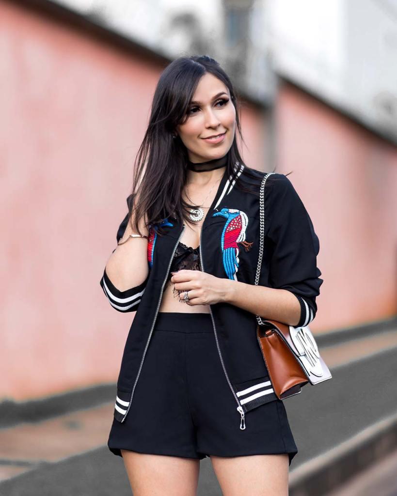Blogger Mônica Araújo com bombar jacket e top de renda.