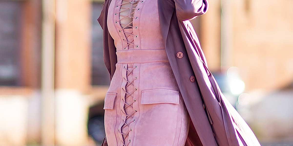 Detalhes vestido de suede e trench coat.