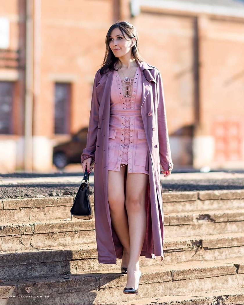 Look de inverno com vestido de suede e trench coat.