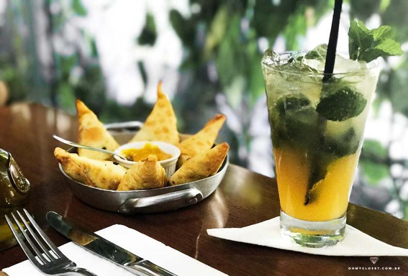 Pasteis indianos e soda de tangerina do Insalata.