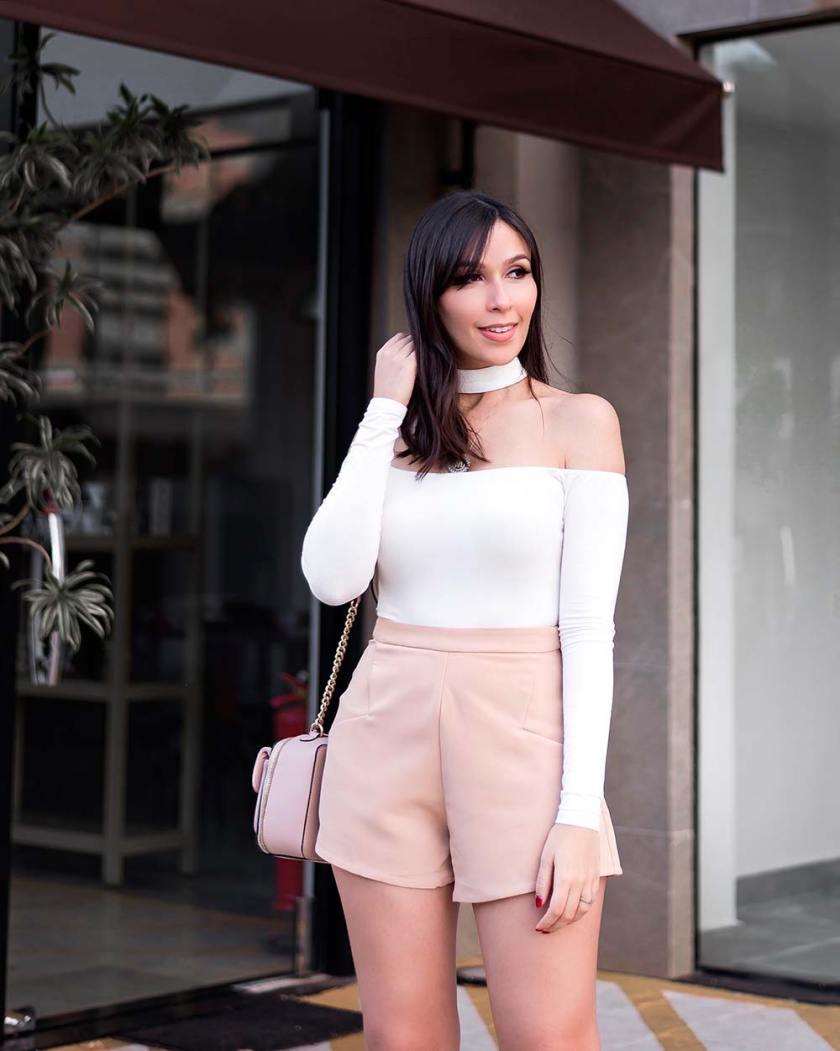 Detalhes do look minimalist da influencer Mônica Araujo com peças da Tobi, marca de Los Angeles.