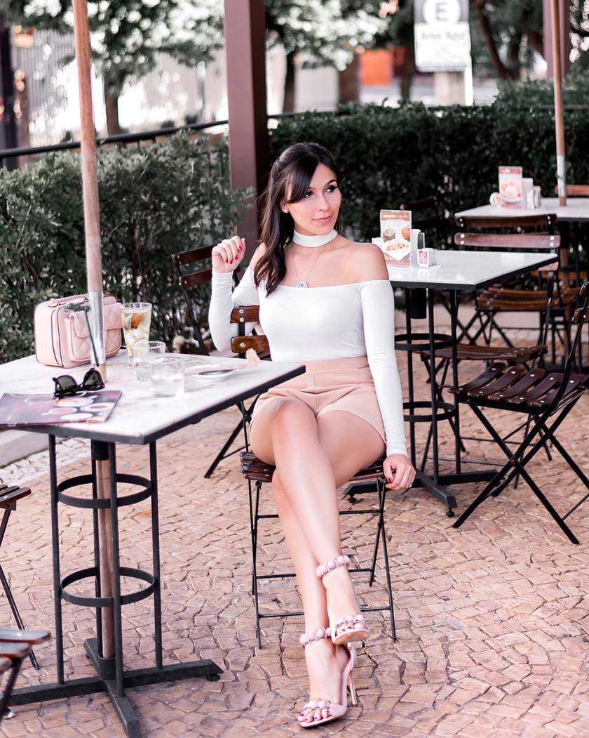 Detalhes do look neutro da blogger Mônica Araújo para Tobi, de Los Angeles.