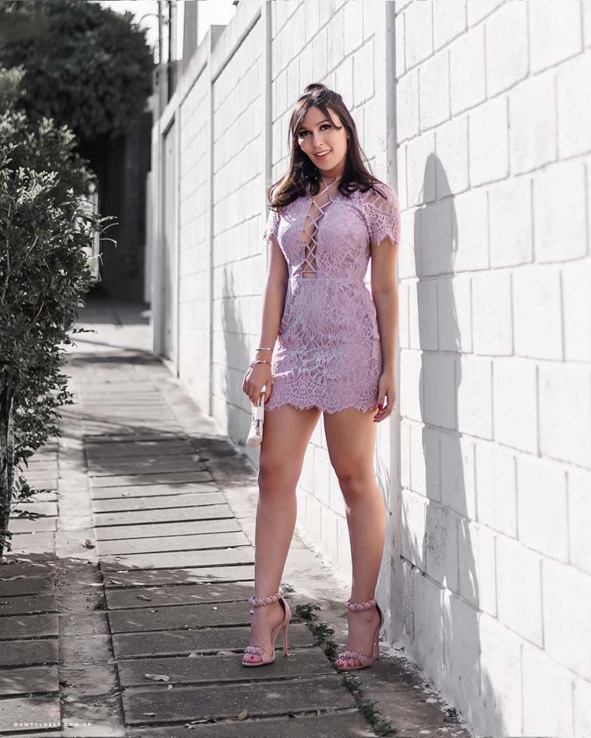 Look com vestido de renda lilás com amarrações.