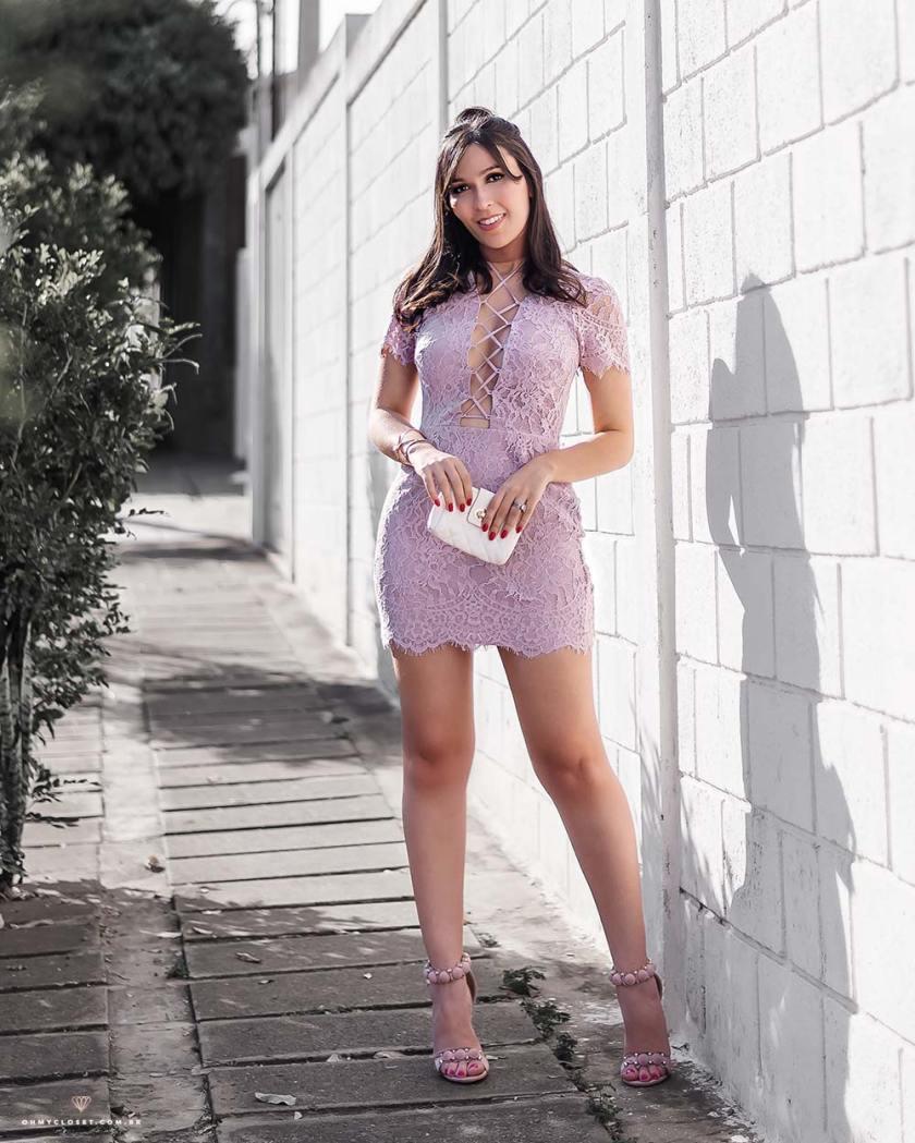 Vestido de renda com amarrações da Tobi, de Los Angeles.