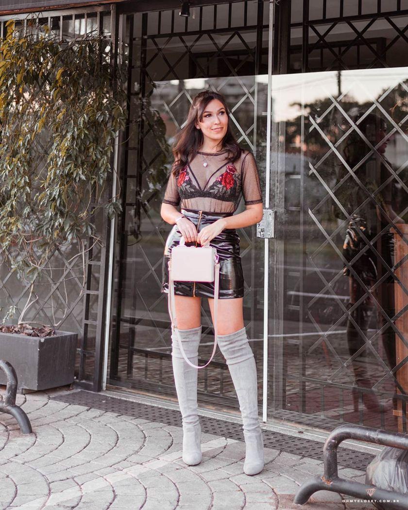 Look para o inverno 2018 com saia de vinil e bota over the knee, por Mônica Araújo.