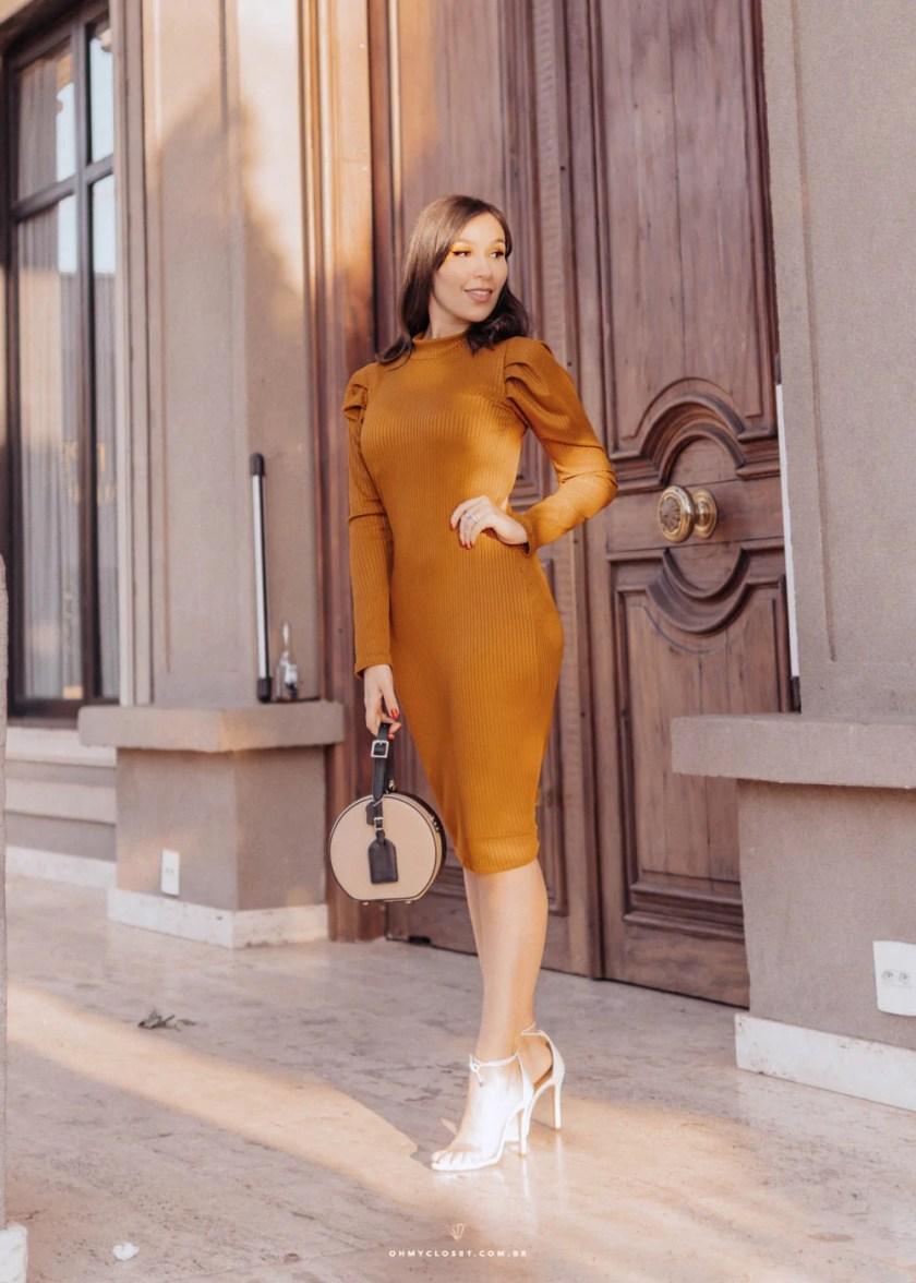 Influencer Mônica Araújo veste Ypslon Atacado com vestido midi de manga bufante.