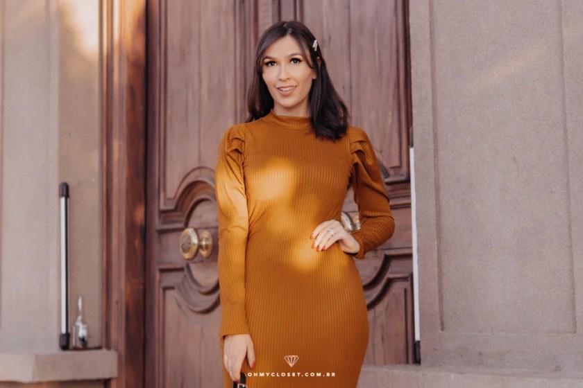 Mônica Araújo usa vestido canelado com manga bufante da Ypslon Atacado.
