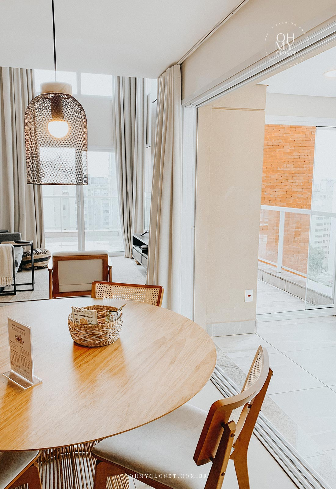 Sala de jantar e mesa apartamento Airbnb nos Jardins em São Paulo.